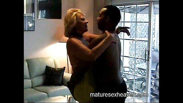 La salope blonde Shyla Stylez assise sur une bite et laisse ses gros femme porno cheval seins rebondir